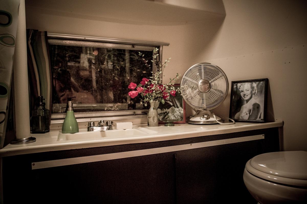 Bathroom wih sink, shower/tub, flushable toilet