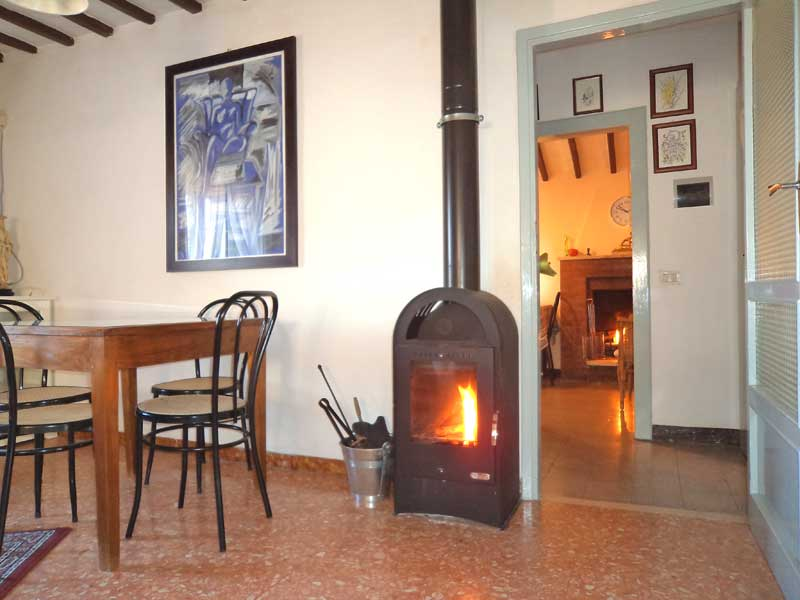 La stufa a legno ed il camino = The 2 wood heatig: wood stove and fireplace