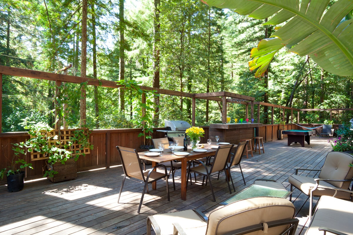 Welcome to your afternoon delight. Here you can enjoy your family and friends with a good BBQ, Wine and lots of fresh air. Kids will have  a great time playing on this enormous deck. Be our guest !!!!!