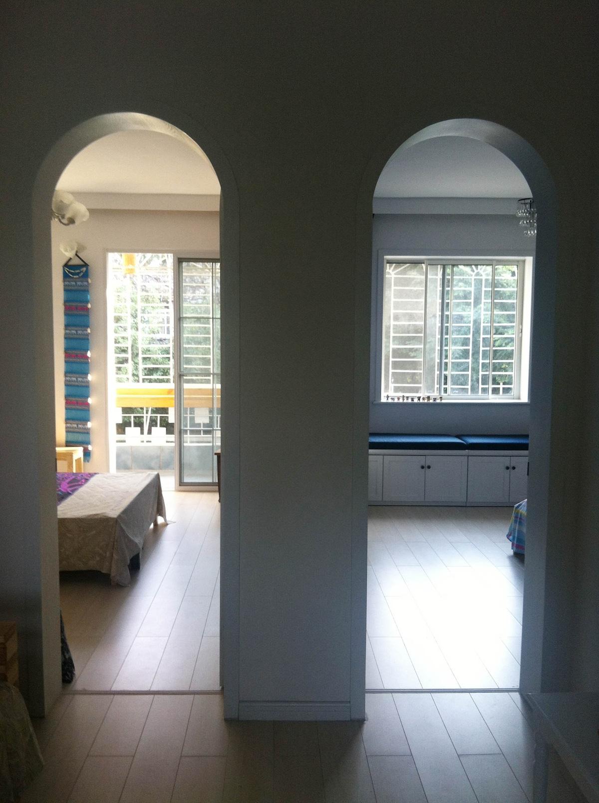 卧室,阳光充足,带有阳台