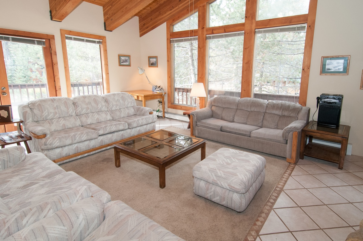 The Spacious, Bright and Airy SquawLodge--WELCOME to Your Home Away From Home!