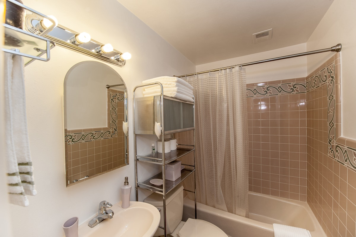 Bathroom with fresh linens - Shared with guest bedroom 1 and 2