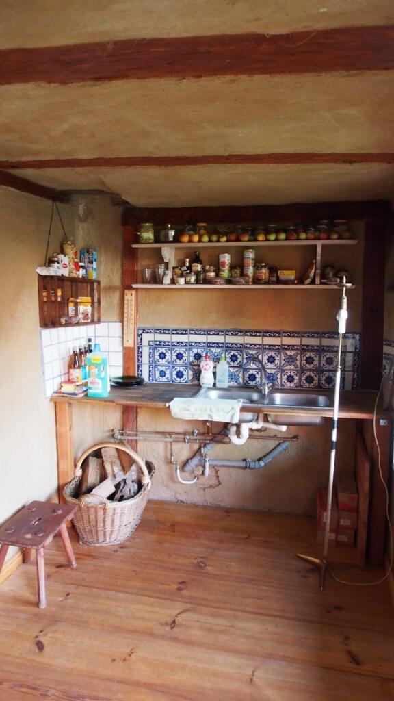 Eine kleine Küche gibts auch (Herd, Ofen) etc.