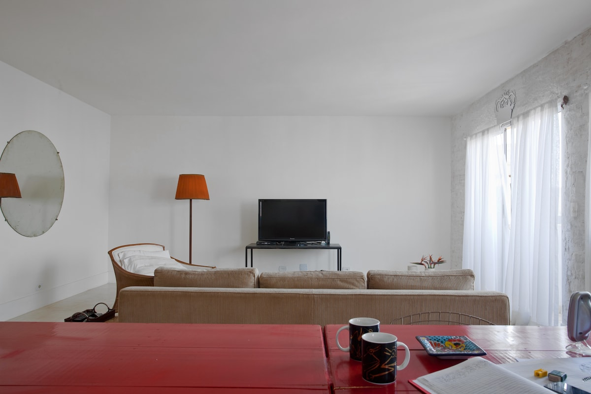 O loft tem 2 salas separadas por uma mesa balcão de 4 mts e 20.