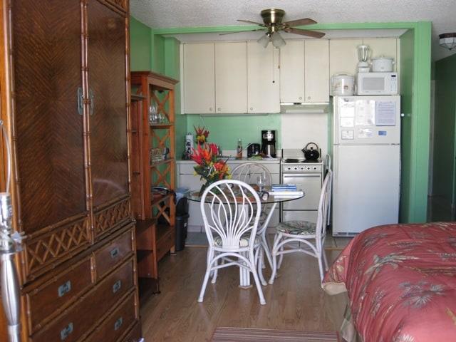 Full kitchen. Lamainte floors