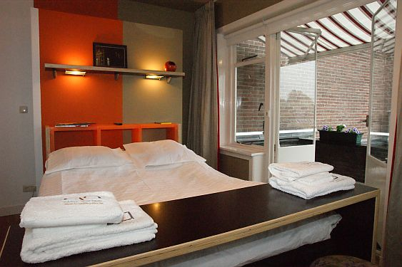 ORANGE SUBMARINE an eclectic room with private bathroom AIRbnb pictures this in centrum Tilburg