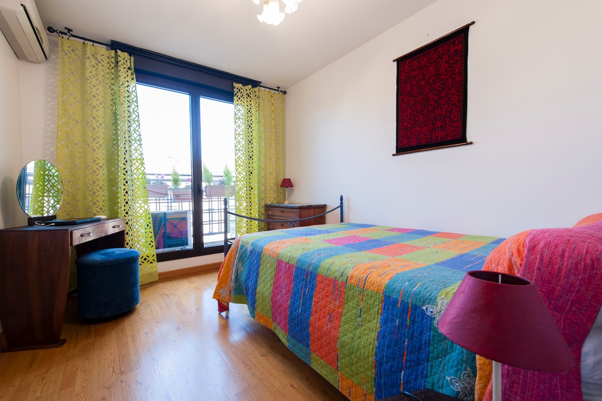 Votre chambre climatisée avec balcon donnant sur place piétonne.