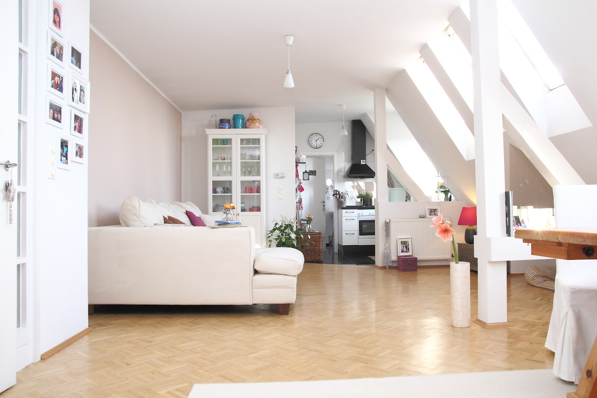 Dream flat in Hamburg Eimsbüttel - main room with living and dining room & kitchen.