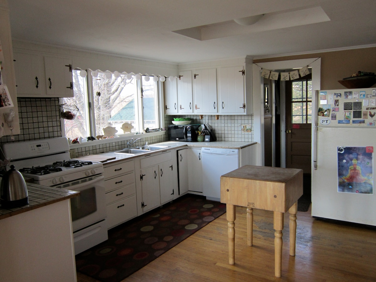 Clean well equipped kitchen