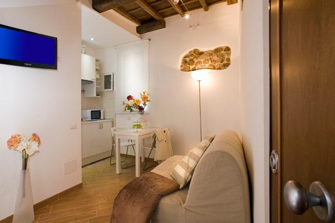 Saloncino con divano letto e angolo cottura