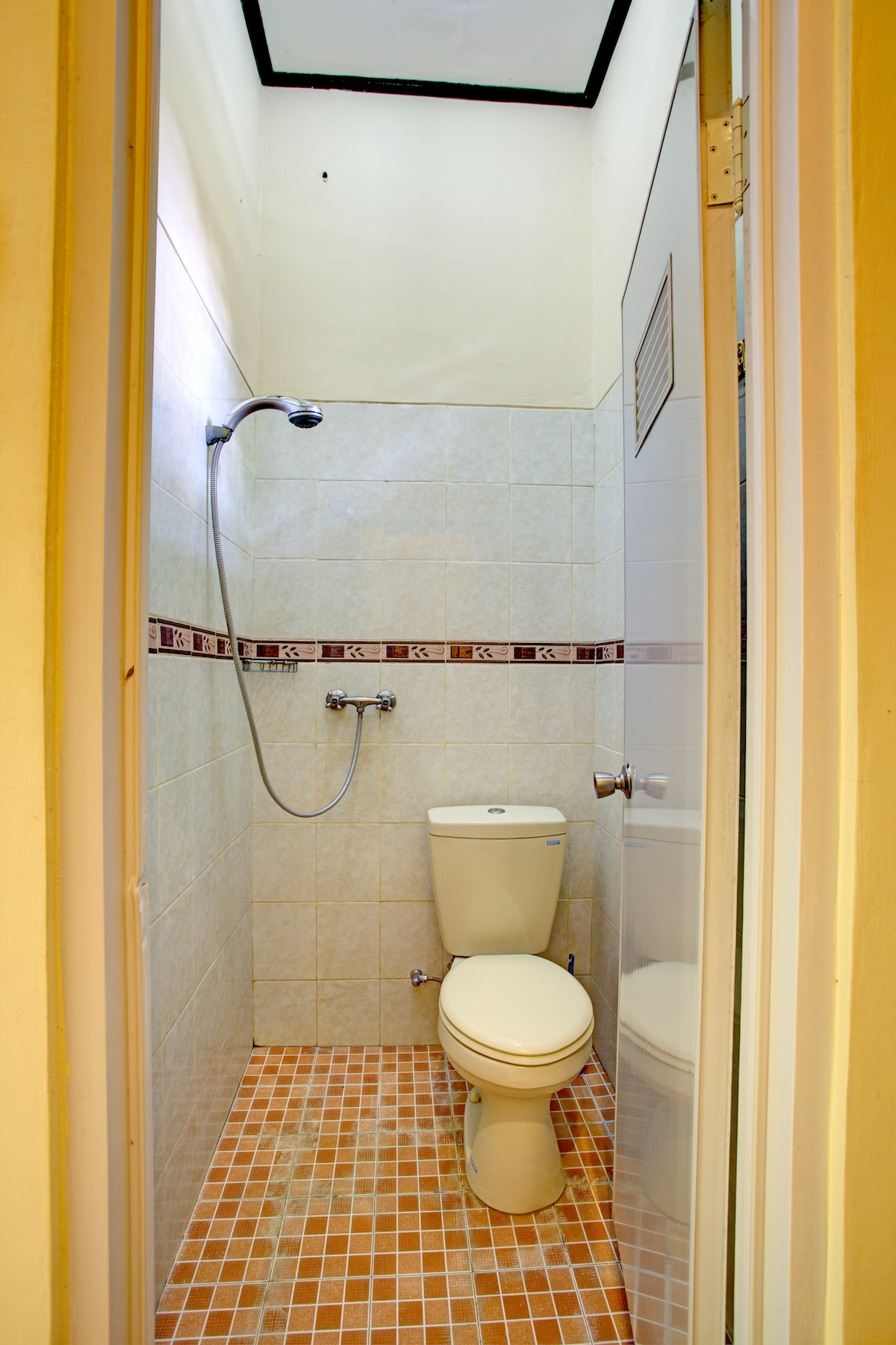 Twin Rooms - private shower with hot and cold water.