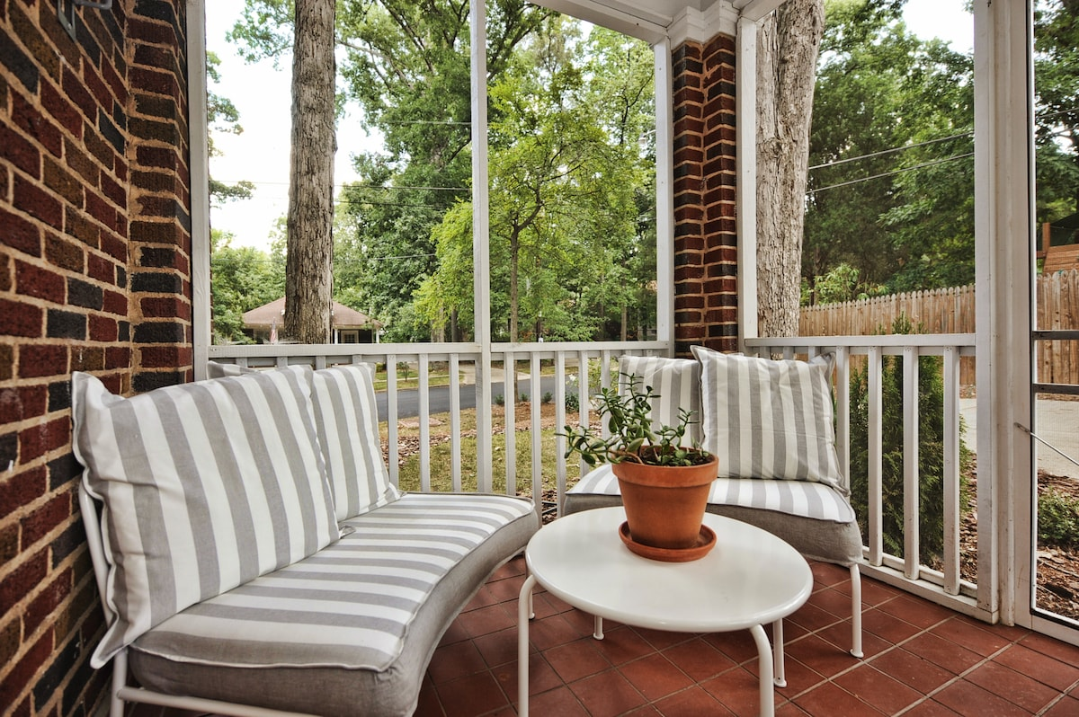 Sip a glass of wine or enjoy your morning coffee on the wonderful screened porch! You can even push these lounge chairs together and take a nap under the ceiling fan.