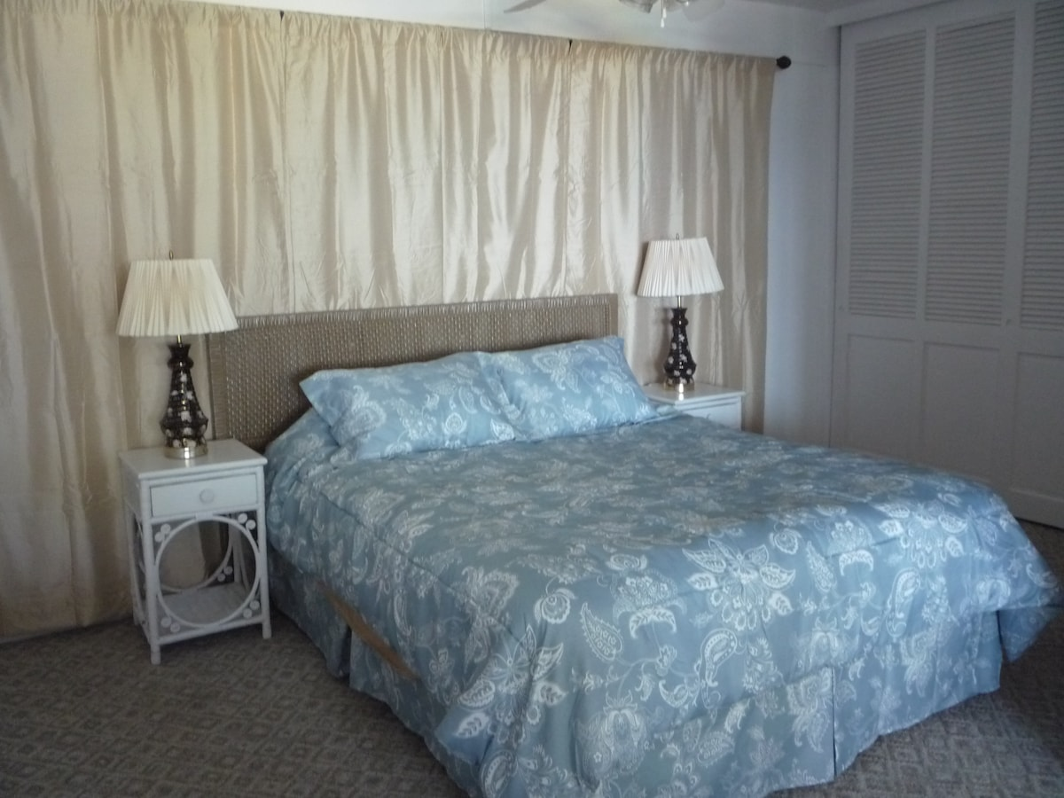 Bedroom with Queen size bed. (Bedcovers change)