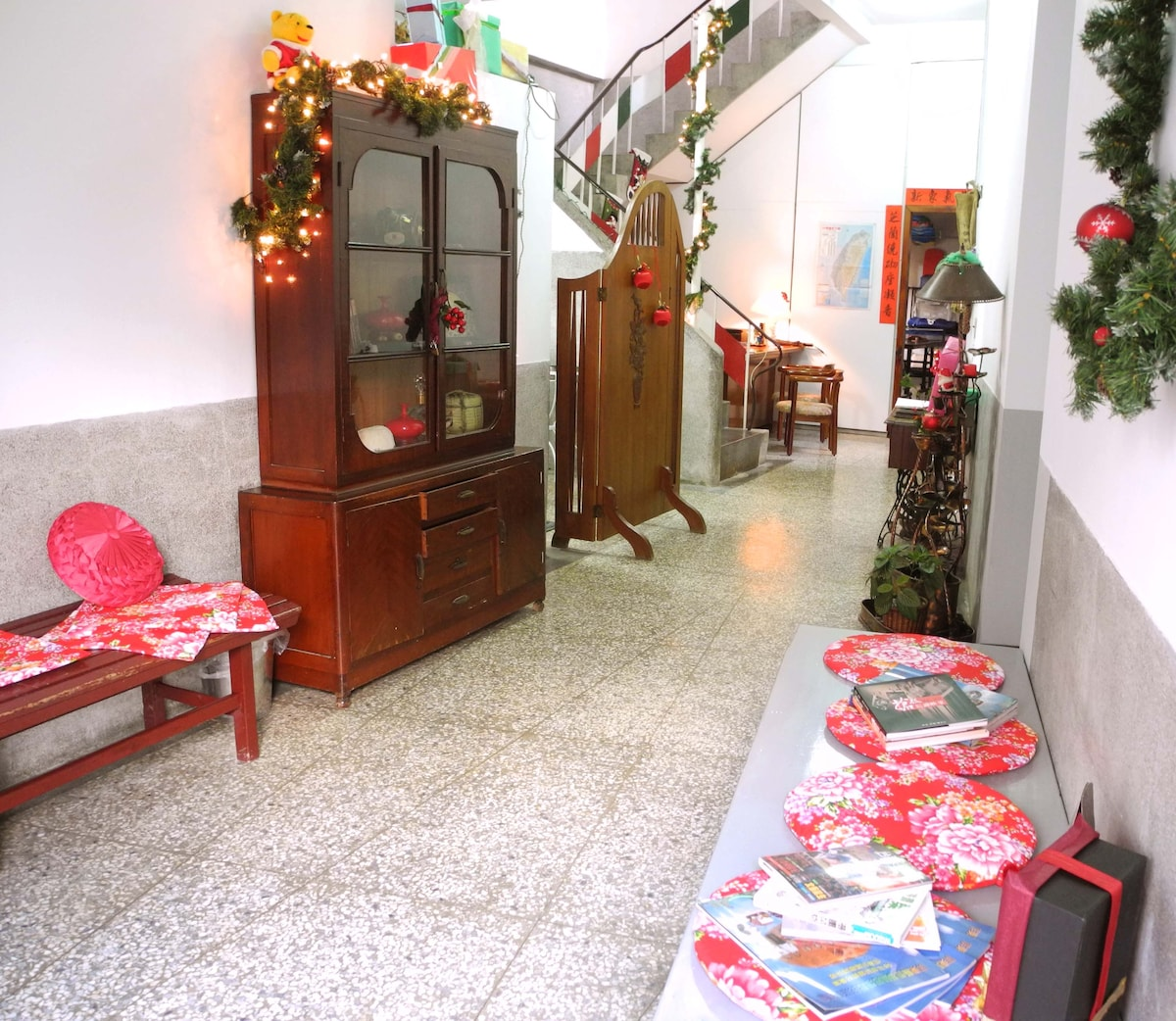 Sitting area, enjoy the garden or the memorabilia of the family.