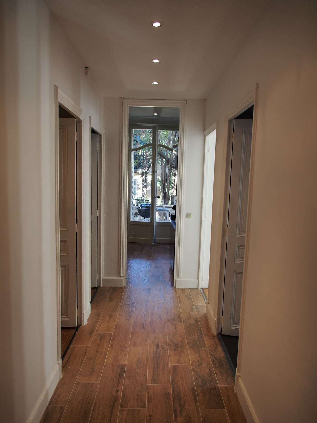 A gauche la premiere chambre SDB et la seconde chambre - A droite la salle de bain et le salon