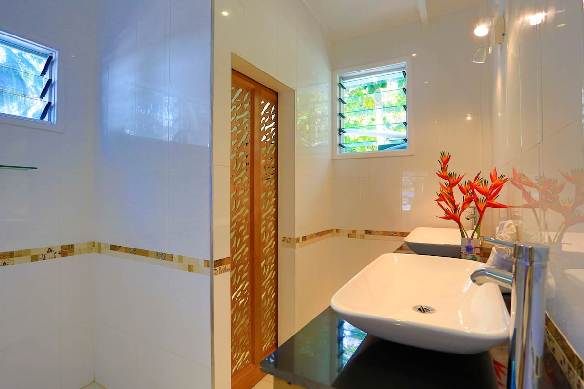 Luxury modern ensuite with separate toilet