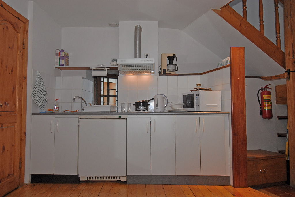 2-burner elec. stove, fridge, microwave, coffeemaker, kettle, utensils.
