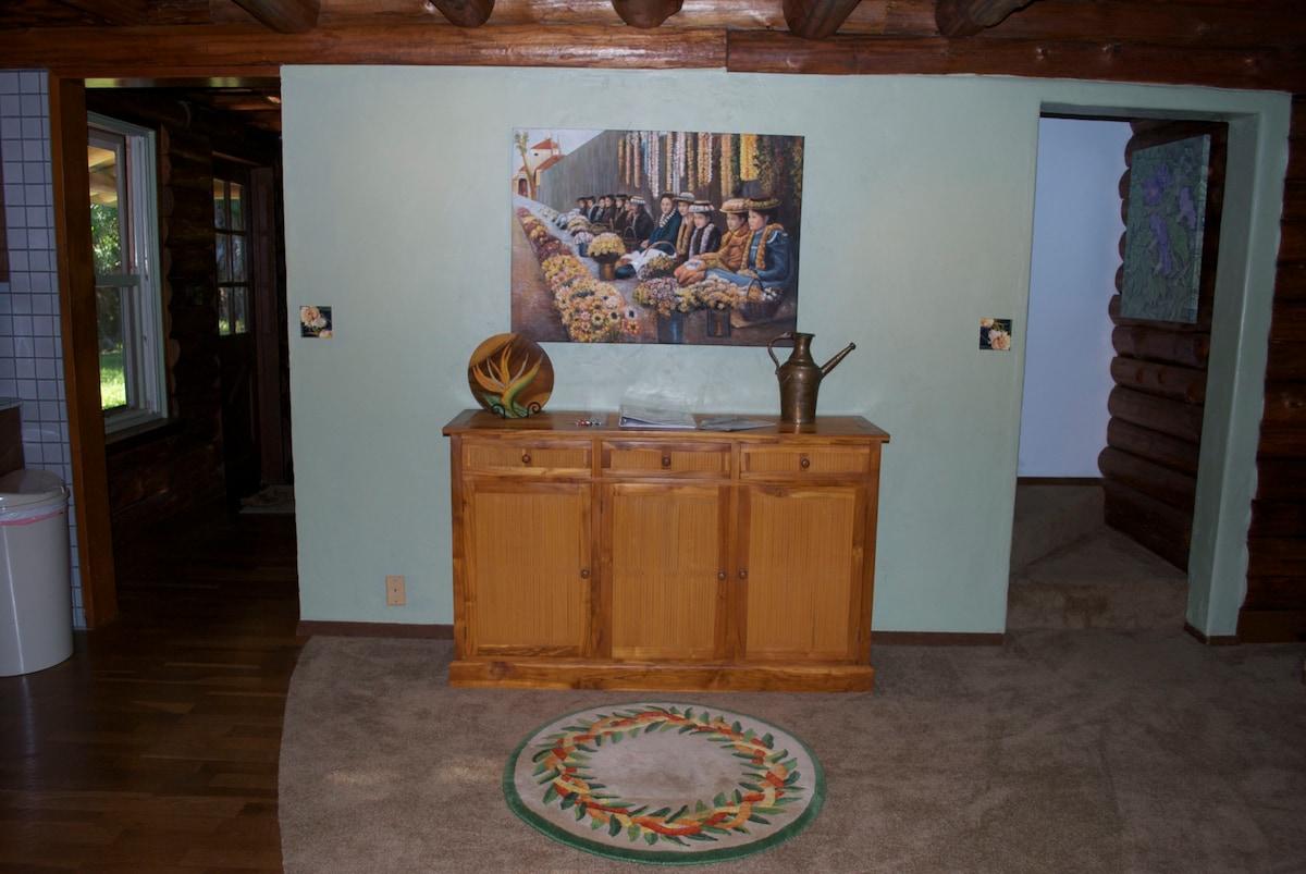 Original Artwork throughout the house adding an artisic Hawaiian touch...