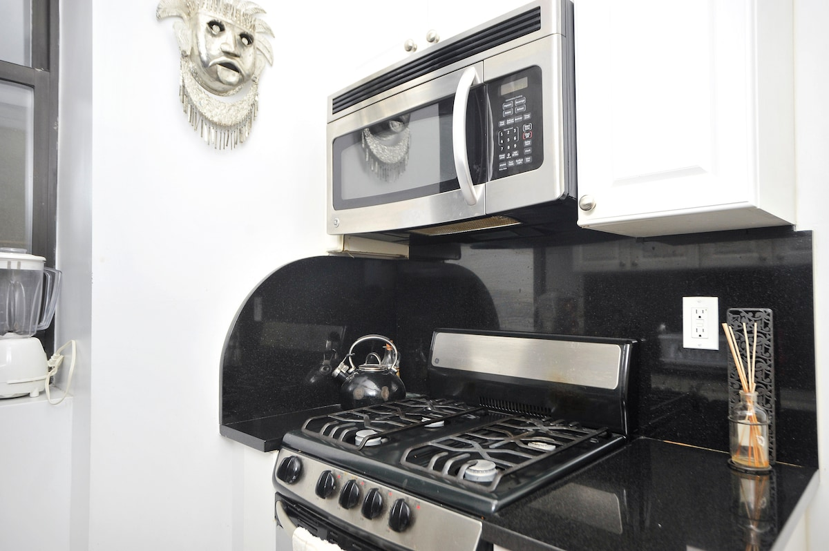 Great gas stove & microwave.