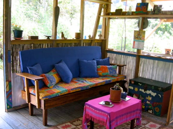 If more than two adults are staying in this cabin, this área is where we place an additional tent.