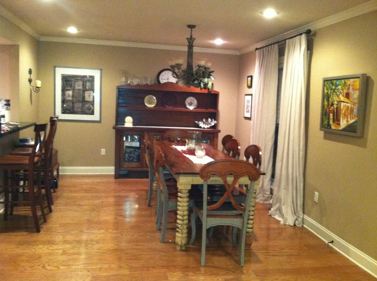 Casual Dining area with the breakfast bar