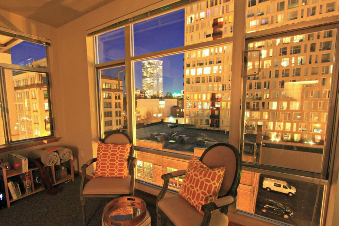 Twilight views from this 2 bedroom, 2 bath in the heart of the Pearl District