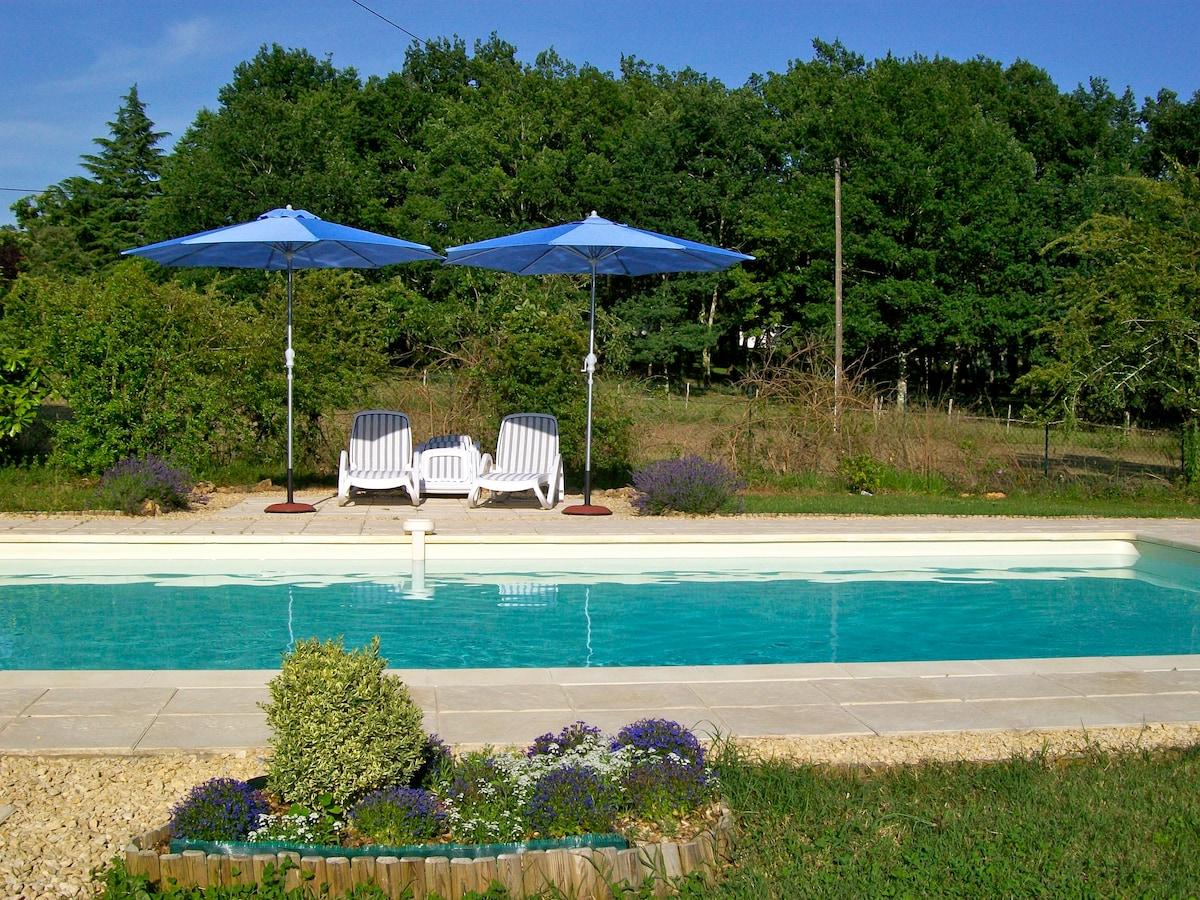 The swimming pool, chlorine free, so refreshing on a hot day! / Profitez de notre piscine, sans chlor, si refraichissante quand il fait chaud!