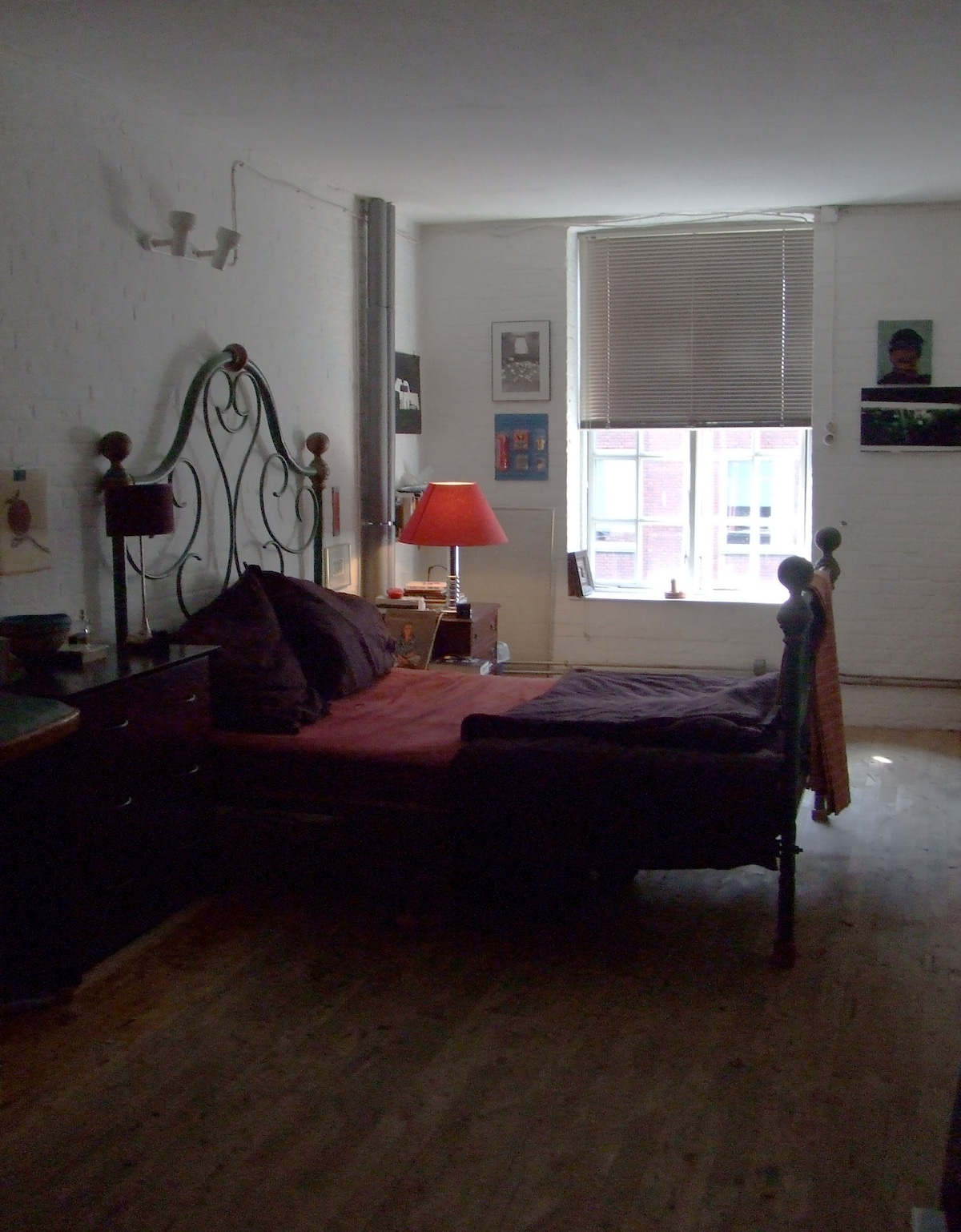 A view into the spacious bedroom, an oasis of calm, with an old wrought-iron double bed to dream on!