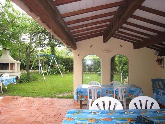 Terrasse ombragée avec vue sur jardin