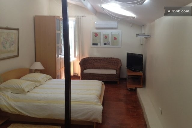 Chambre parentale avec TV cablée + Internet Wifi - Large double bedroom with cable TV and Internet Wifi