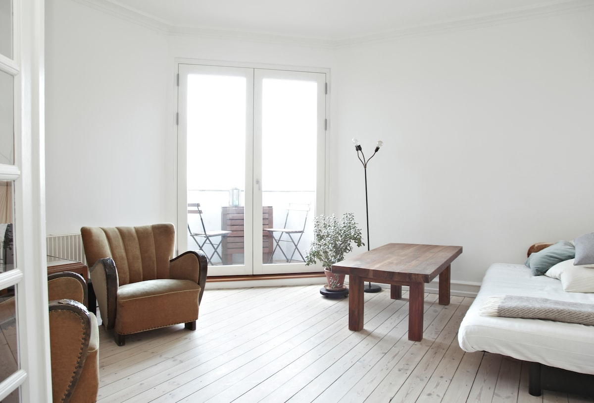 Livingroom - with acces to the balcony