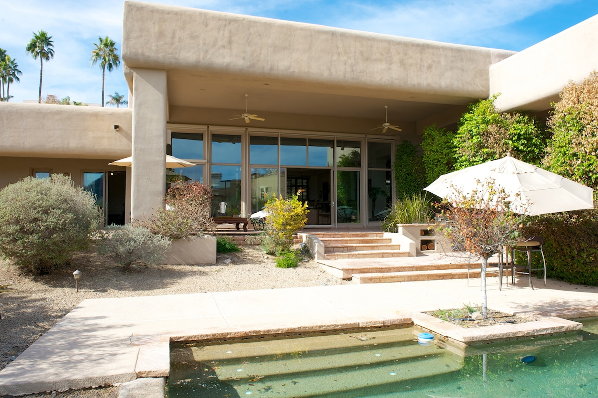 Extensive stone covered patio's.