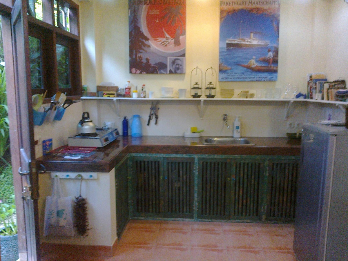 Good kitchen; fridge, stove and all crockery/ cutlery/ utensils supplied. Breakfast included.