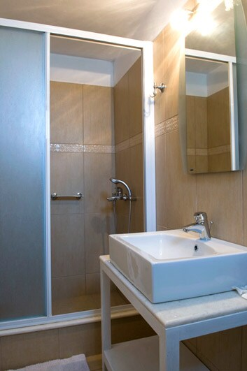 A well decorated bathroom with shower and hydromasaz!