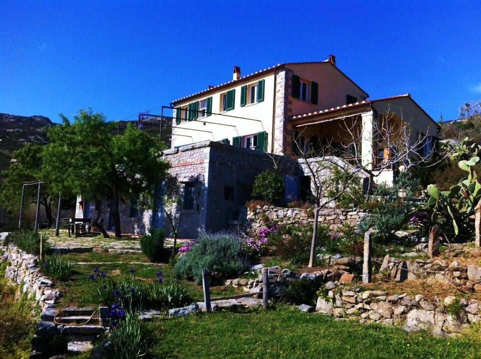 L'appartamento è la parte inferiore (in pietra) della casa
