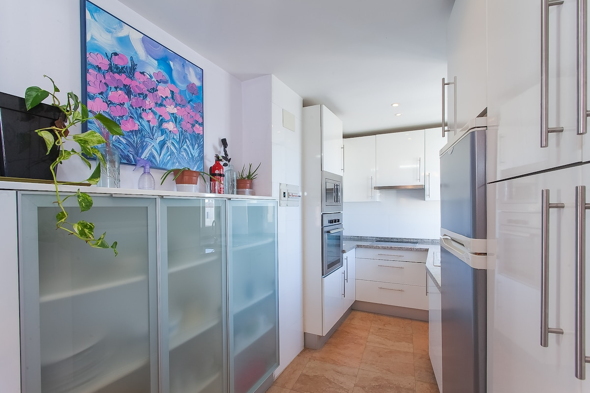 El aparador de la cocina, tienes toda la vajilla que necesites, al frente el frigorífico, la lavadora y el escobero