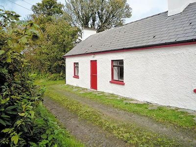 Wonderful old world cottage in a idyllic rural setting on the banks of the Owenea river