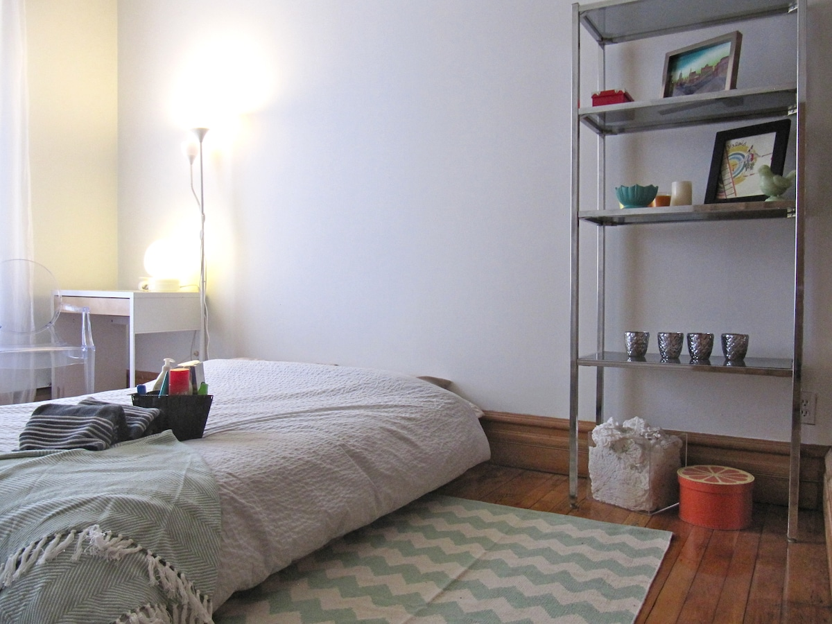 Private Bdrm w/AC Heart of Montreal