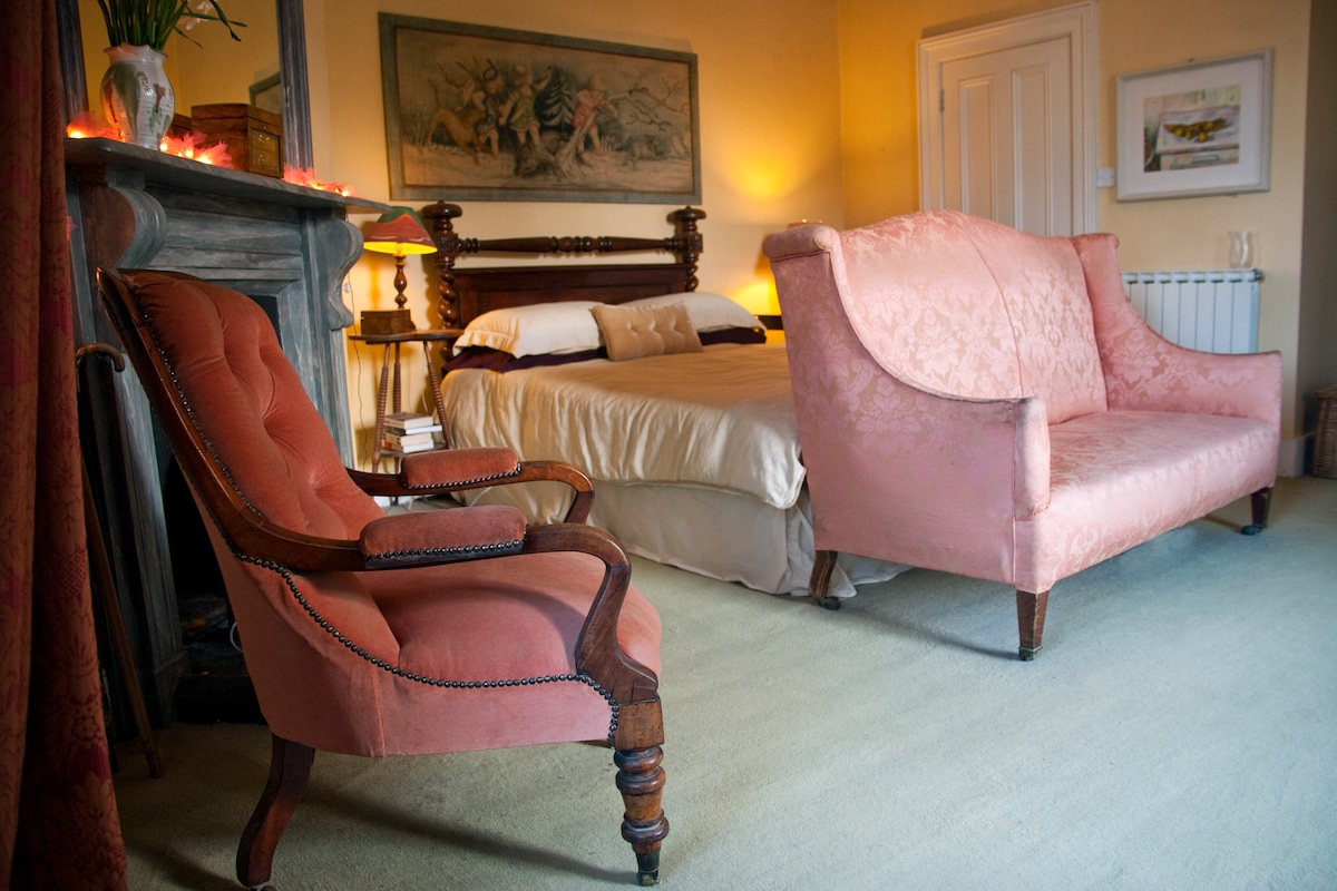 the Chatelaine of the Castle. A beautiful Room. Soft yellows & pinks with an en suite.