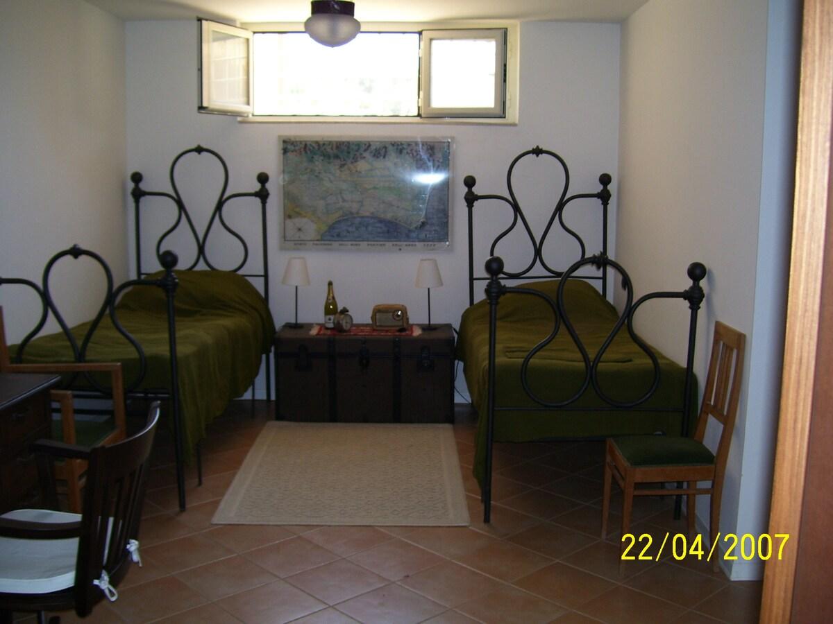 La stanza per ospiti con PC e linea Internet free