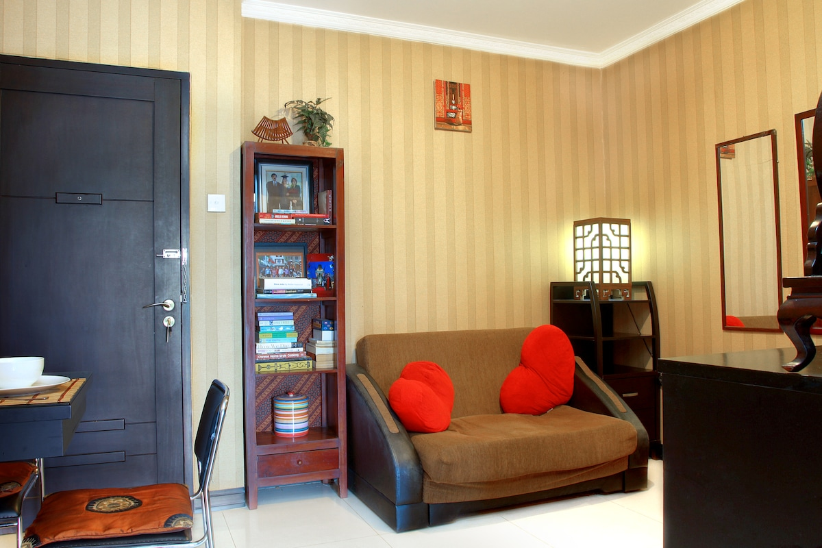 Living room with AC, books, flat-screen TV + cable, speakers, dvd player and lotss of dvds!