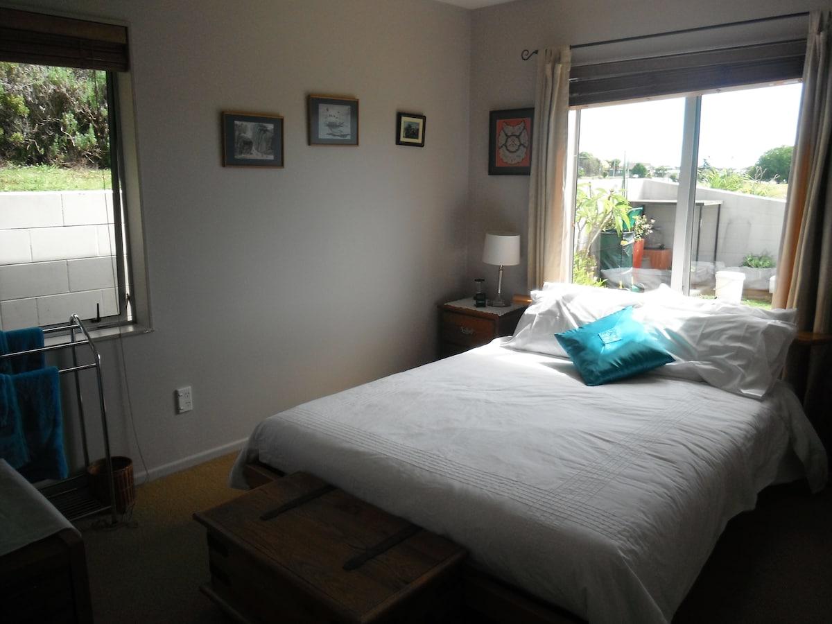 Queen bed, north facing
