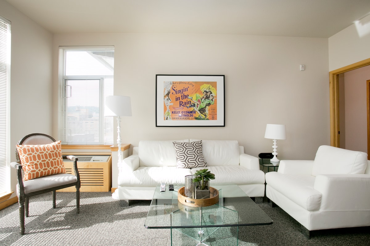 Modern furnishings, leather sofa and chair, gas fireplace, 60 inch HDTV