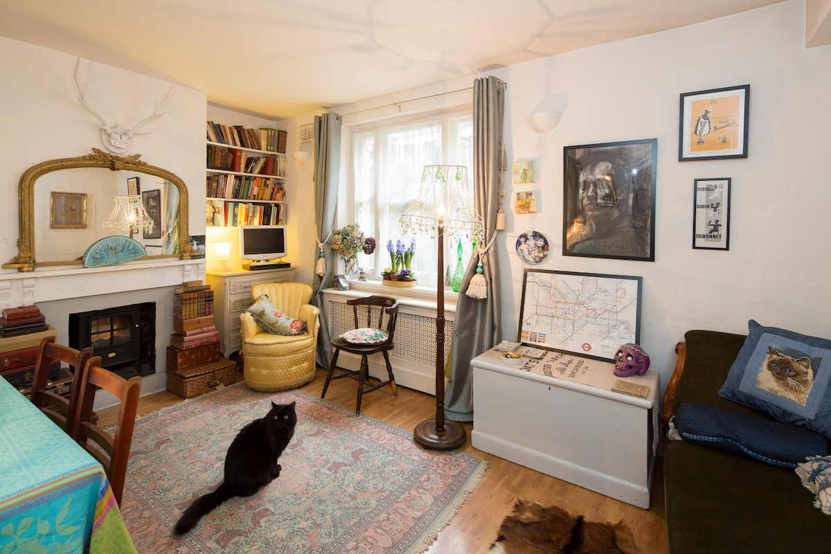 Central room - cat lovers only!