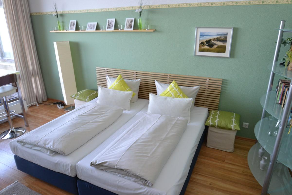 Großes Doppelbett (2m x 2m) mit hochwertigen Kaltschaummatratzen