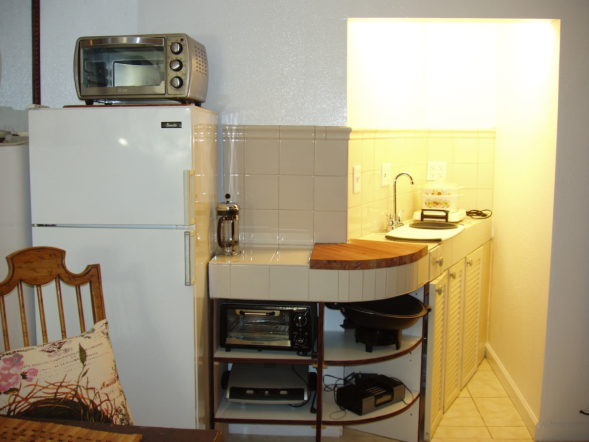 Efficiency kitchenette ideal for quick and simple meals