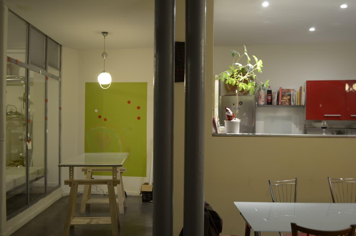 Vers la cuisine ouverte (en soirée)