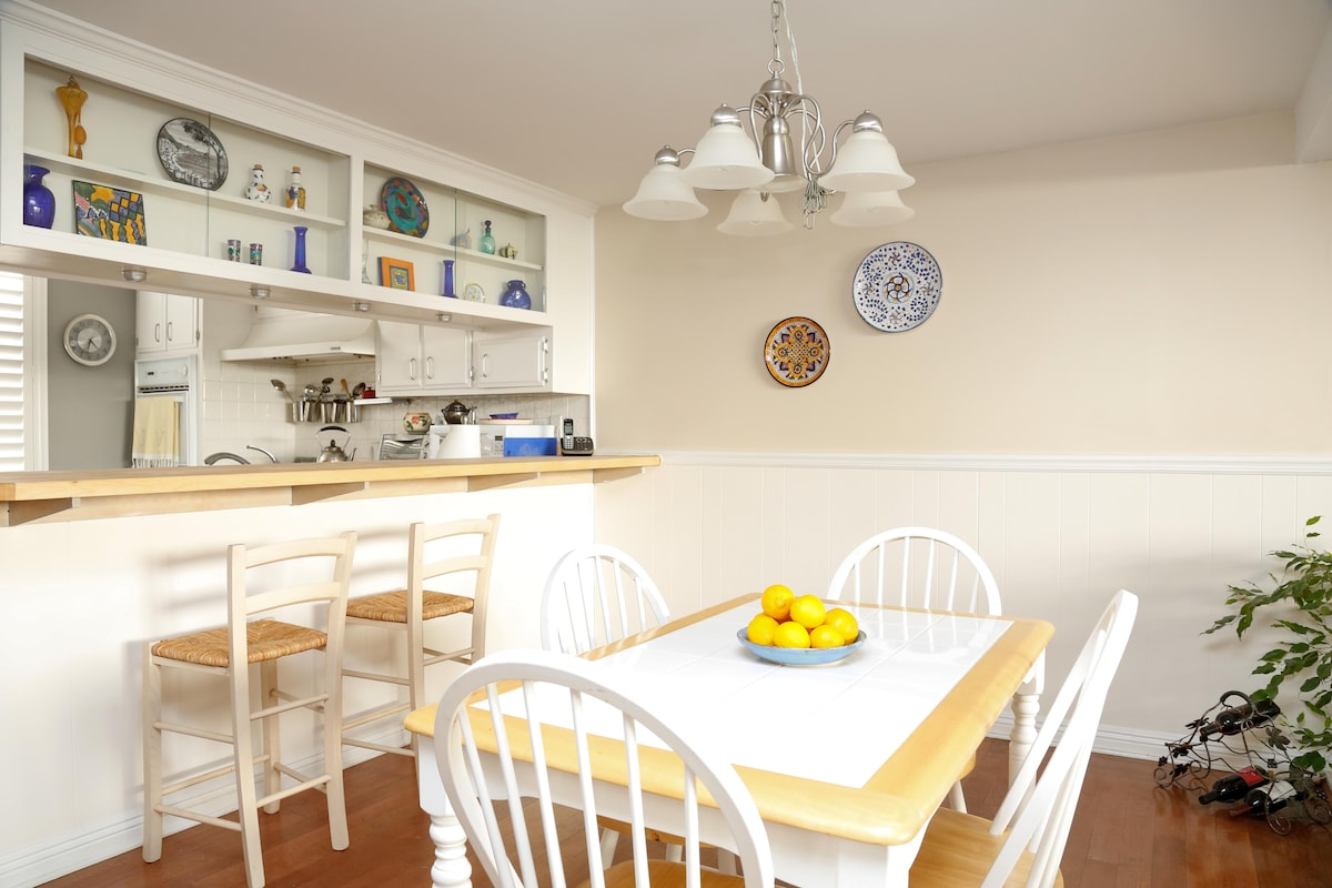 Great kitchen, bar and dining area.
