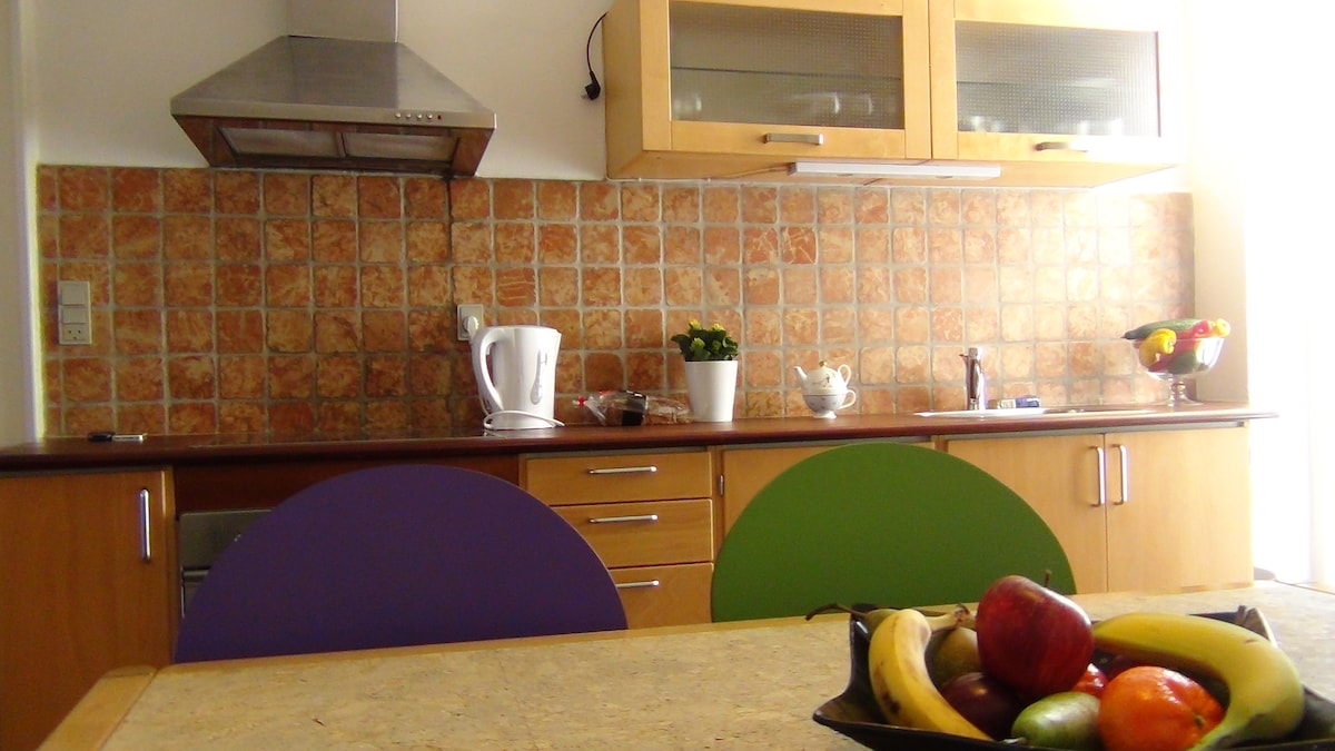 The kitchen with cooker and oven, kettle and coffemaker