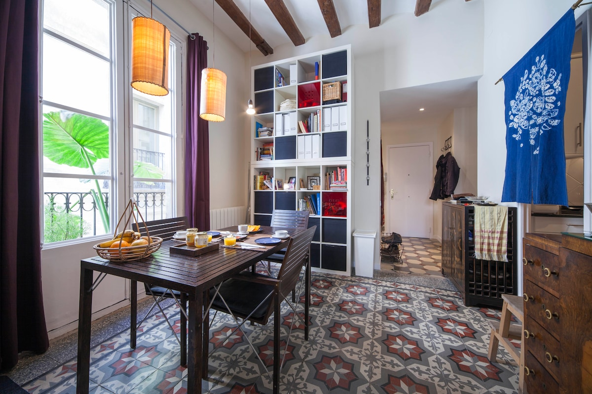 Piso Petritxol, dining room with bookshelves...you have free access to the whole apartment